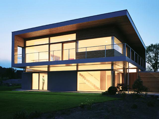 passzívház nagy déli üvegfelülettel és nyáron árnyékoló eresszel